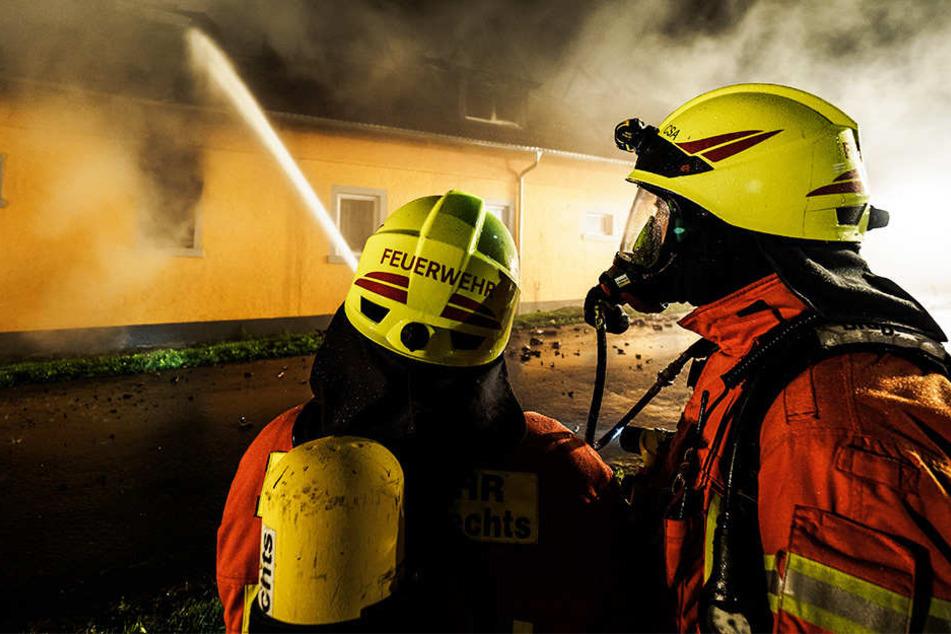 Feuerwehr findet Leiche in brennendem Haus