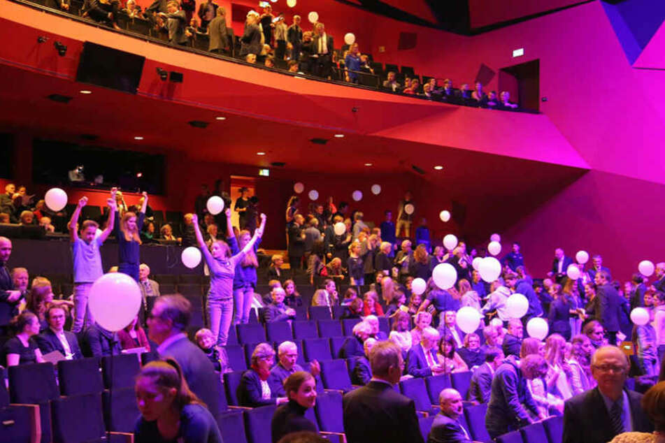 Guter Stimmung bei den Gästen zur Eröffnung der neuen Theaterhäuser im Kraftwerk Mitte.
