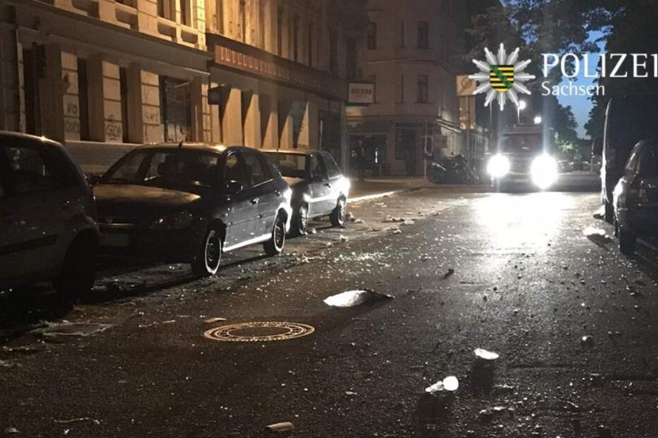 Nach der eskalierten Demo in der Nacht zu Mittwoch war die Hildegardstraße mit Scherben und Unrat übersät.