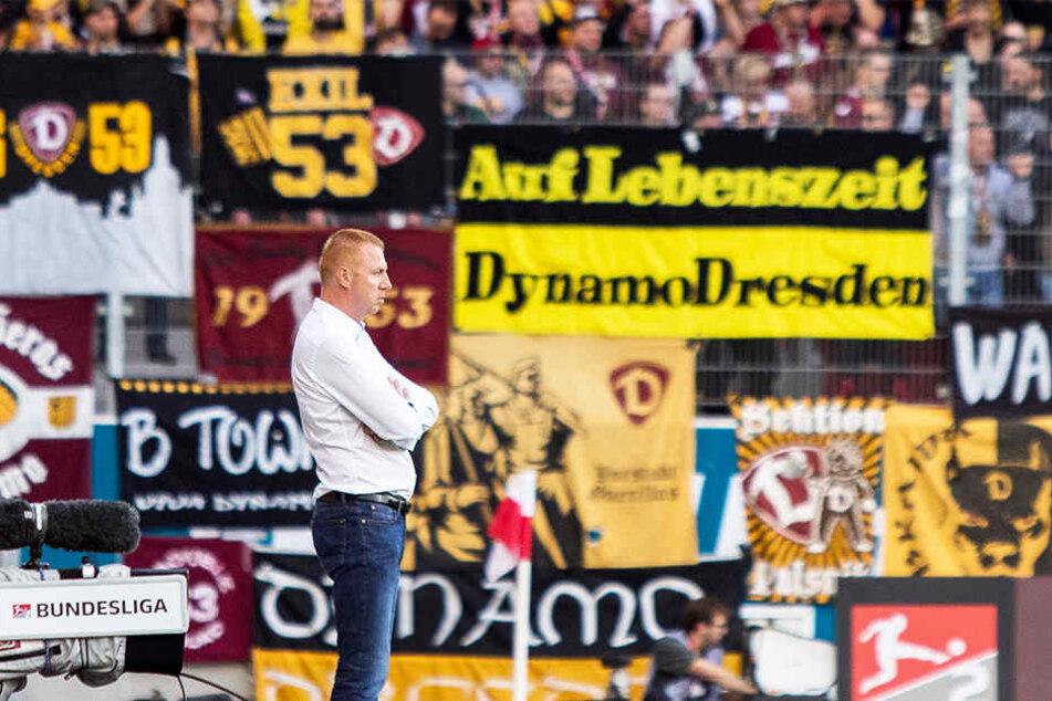 """""""Auf Lebenszeit - Dynamo Dresden"""", ist auf dem Banner im Hintergrund zu lesen. Soweit ist es zwar noch nicht, doch der SGD-Coach Maik Walpurgis sorgte mit dem 2:0-Auswärtssieg für einen gelungenen Einstand."""