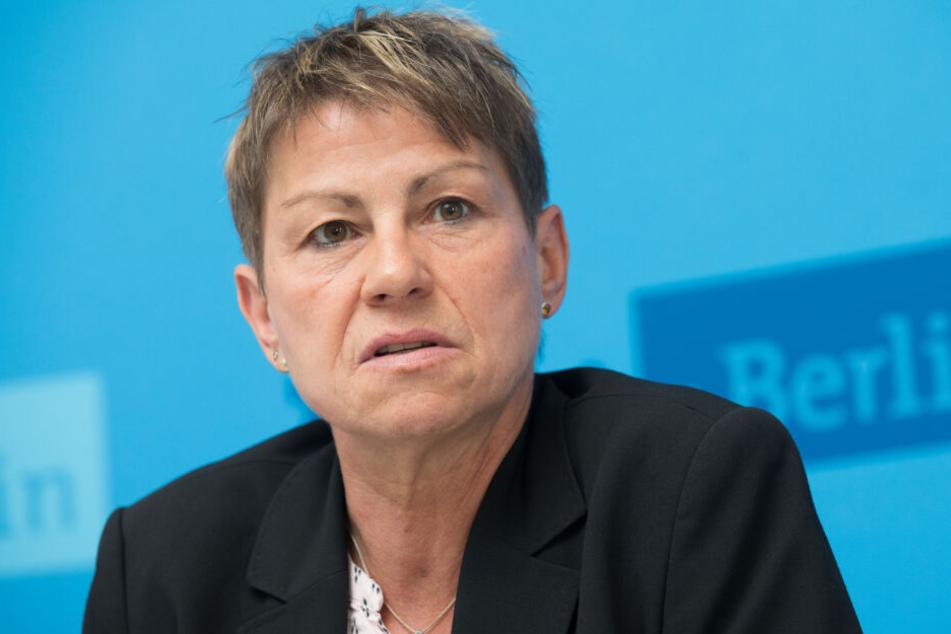 Berlins Sozialsenatorin Elke Breitenbach (Die Linken) spricht während einer Pressekonferenz zur Bearbeitung von Asylverfahren durch das Bundesamt für Migration und Flüchtlinge (BAMF). (Archivbild)
