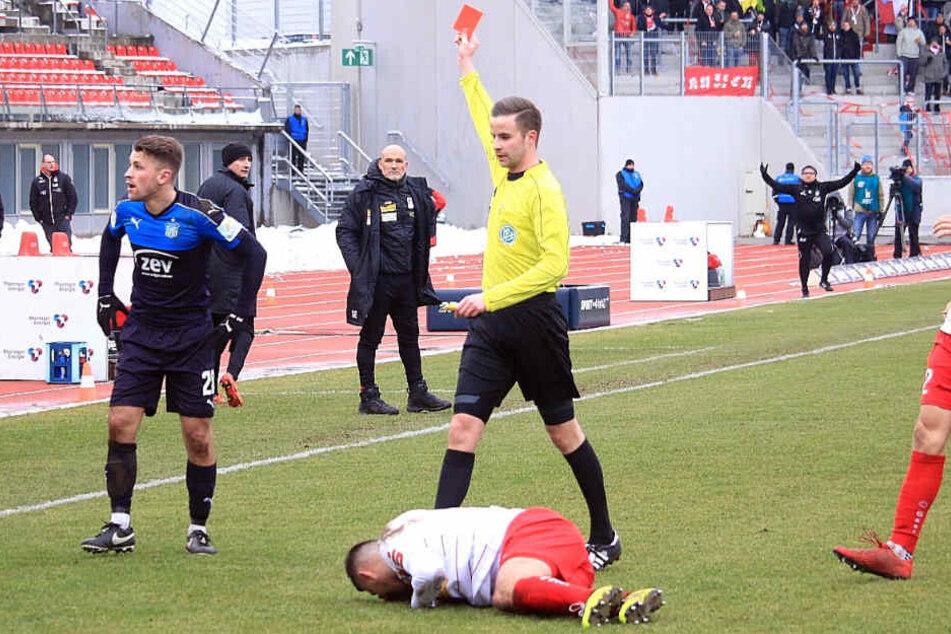 Nils Miatke kassiert in der 41. Minute nach einem Foul an dem Erfurter Nermin Crnkic die rote Karte.