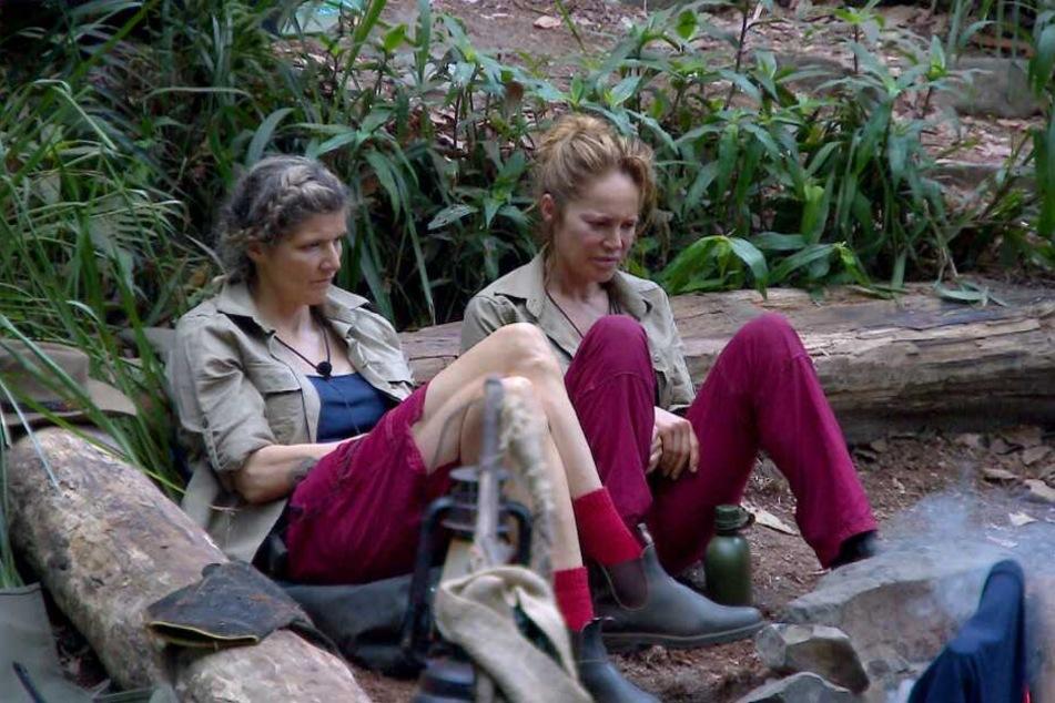 In den frühen Morgenstunden sitzen Olympia-Sandra und Lippen-Doreen völlig genervt vor dem Lagerfeuer. Es geht zunächst um Gisele.