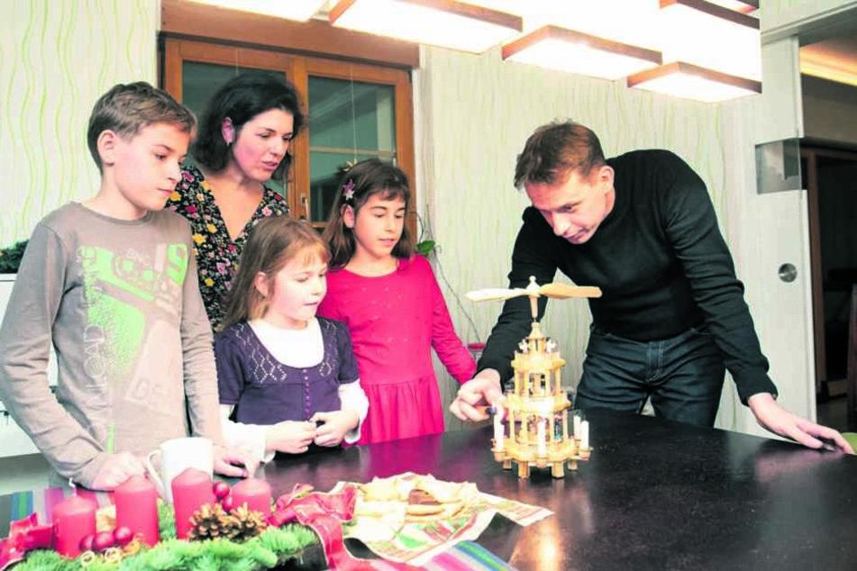 Miriam, ihr Bruder Marwin (l.), Mama Katja (2.v.l.), Schwester Melissa (10, 2.v.r.) und Papa Stefan haben den Esstisch mit Tannengrün und Pyramide geschmückt.