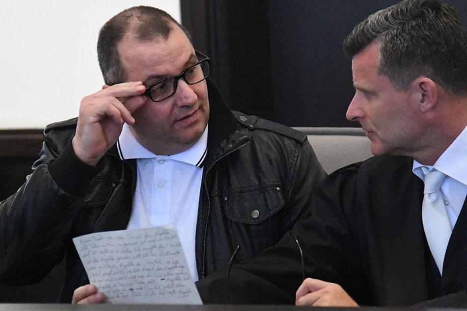 Wilfried W. (47, li.)  tauscht sich mit seinem Anwalt Detlev Binder aus.