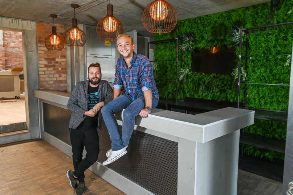 Manuel Klötzer (36, li) und Philip Grundmann (26) an der Bar im Vorraum des (neuen) Alten Pumpenhauses