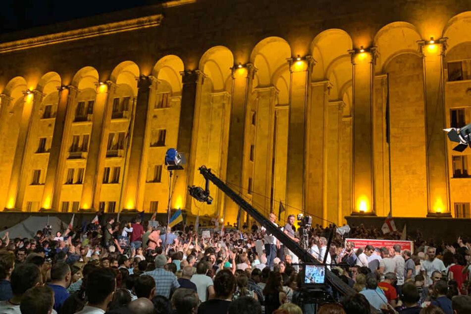 Tausende Demonstranten versuchten am Abend, das Parlament in der georgischen Hauptstadt Tiflis zu stürmen.
