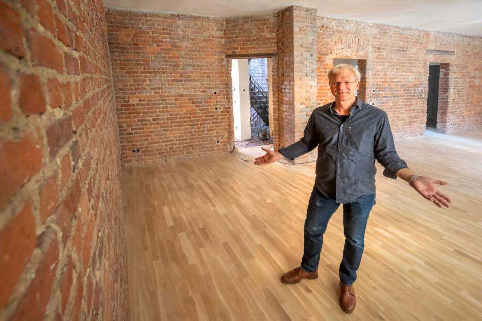 Investor Daniel Stroux zeigt eine der außergewöhnlichen Wohnungen in der Gießerstraße, die mit Ziegelmauerwerk gestaltet ist.
