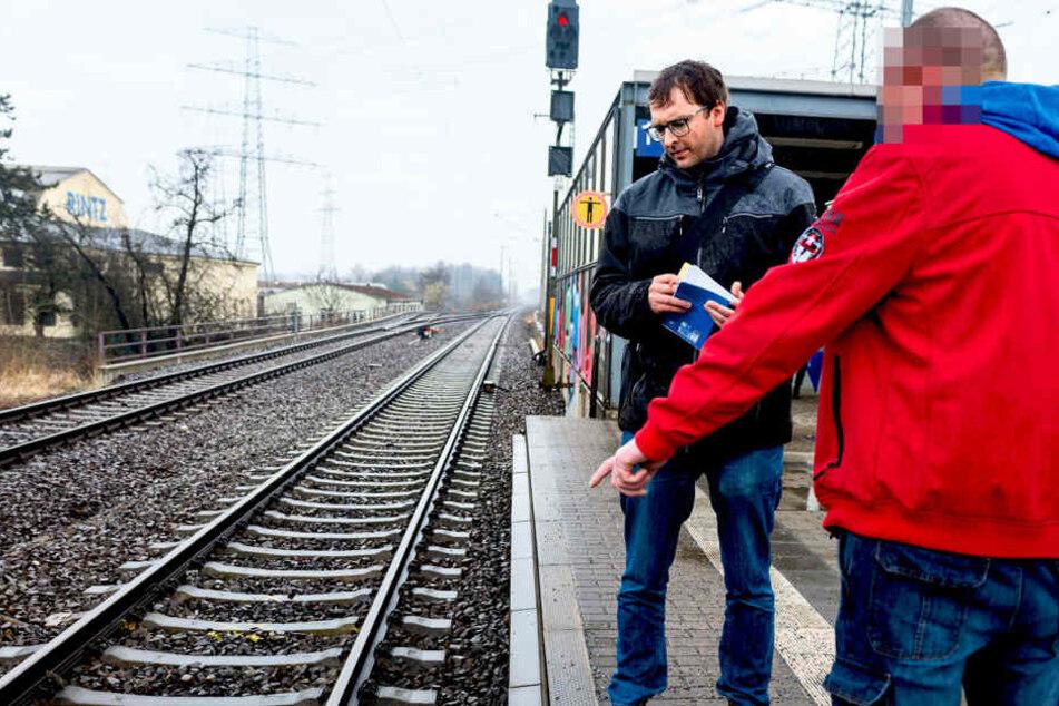 Das Opfer zeigt TAG24-Reporter Hermann Tydecks (33, l.) die Stelle am  Bahnsteig, von wo ihn die Täter ins Gleisbett schubsten.