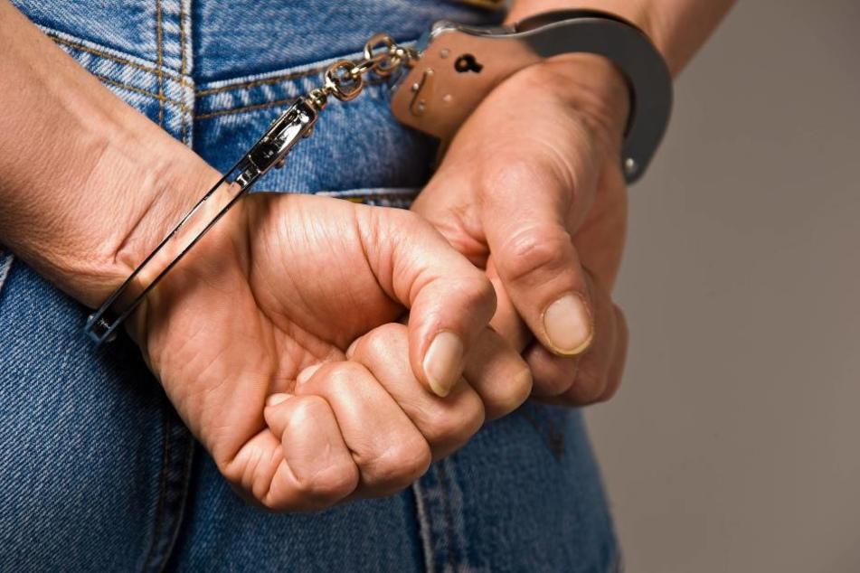 Bei dem 37-Jährigen klickten die Handschellen. Für die Liebe zu seiner Tochter muss er für sechs Monate ins Gefängnis.