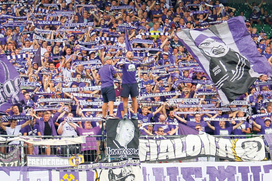 Ob zuhause oder wie hier auswärts in Fürth: Vorsänger Thomas Jahr (M., r.) und die FCE-Ultras zeigen vollen Einsatz für ihren Klub. Auch bei Geisterspielen wollen sie helfen.