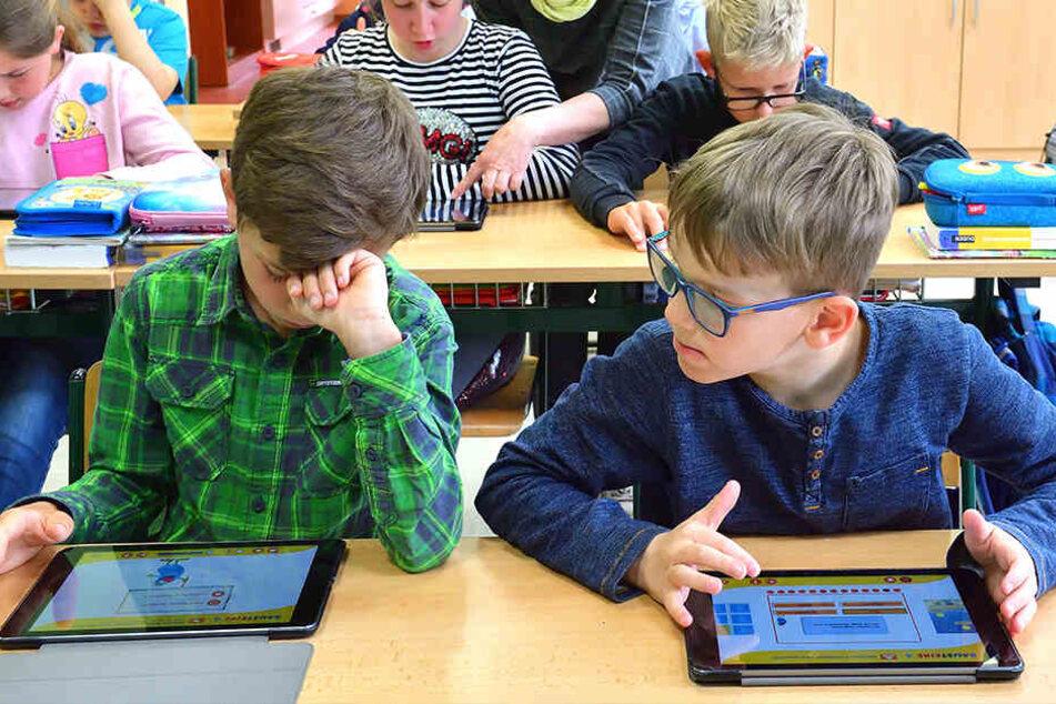 Tablets statt Schulfibel. Schüler der Zwönitzer Grundschule sind auch im Unterricht digital unterwegs.