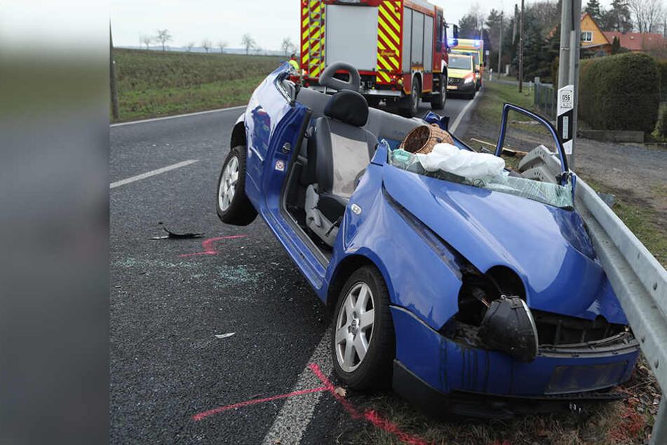 VW gerät in Gegenverkehr: Fahrerin eingeklemmt und schwer verletzt