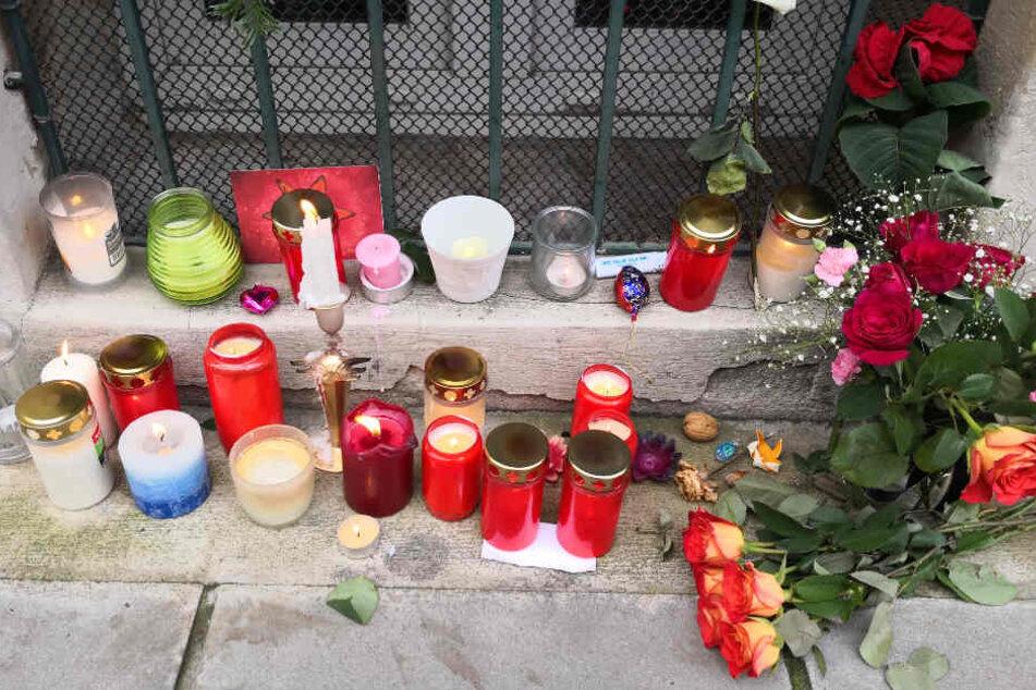 Kerzen und Blumen am Tatort in der Forststraße.