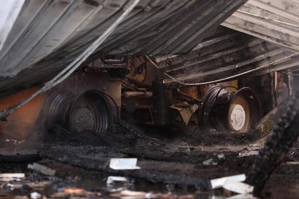 Auch Reifen, Landwirtschaftsmaschinen und Reifen lagerten in der Halle.