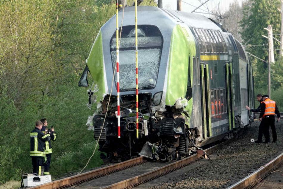 Der Zug wurde durch den Zusammenstoß stark beschädigt.