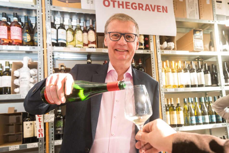 """Was darf's sein? Günther Jauch (63) stellte die Rieslinge seines Weinguts """"von Othegraven"""" am Samstag persönlich in Dresden vor."""