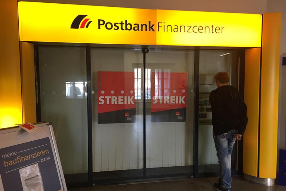 Eine wegen des Streiks geschlossene Filiale der Postbank.