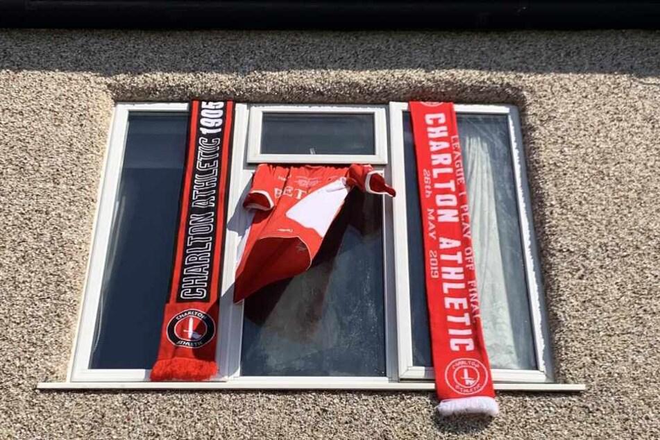Mit Fanartikeln in ihren Fenstern gedenken Anhänger des Charlton Athletic FC Seb Lewis.