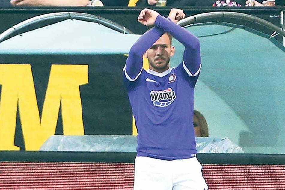 Das Zeichen des Auer Sieges. Simon Skarlatidis zeigte nach seinem Tor zum 2:0 in Dresden die gekreuzten Hämmer.