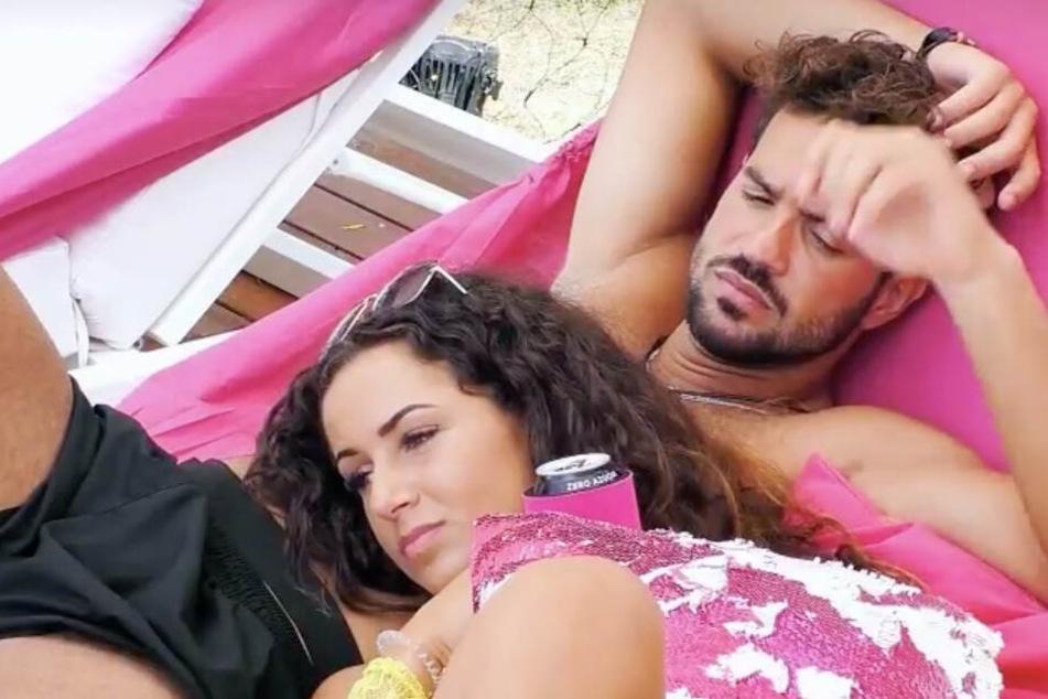 Yasin und Samira bandeln in der Show miteinander an. Der Sunny-Boy erklärte der Brünetten die Situation etwas anders als Julia...
