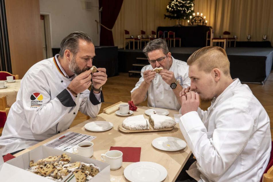Erst schnuppern, dann schmecken! Die Stollenjury um Andrè Bernatzky(45, v.l.), Uto Stieberger (49) und Richard Schulz (29) bei der Arbeit.