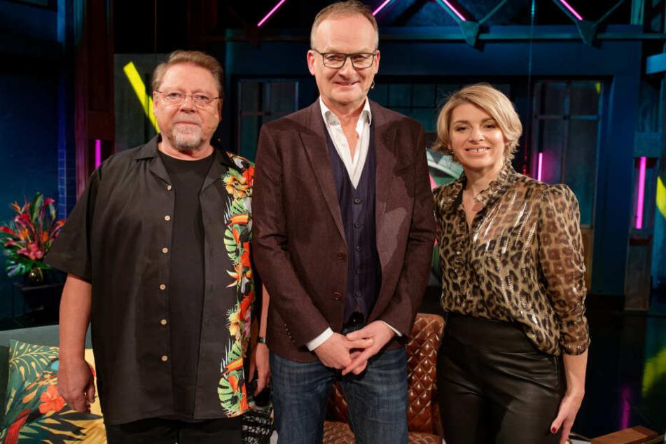"""Die Moderatoren, Jürgen von der Lippe (l) und Sabine Heinrich, stehen mit ihrem Gast, Moderator Frank Plasberg, nach der Aufzeichnung der ersten Sendung der neuen WDR-Fernsehshow """"Nicht dein Ernst"""" im Studio."""