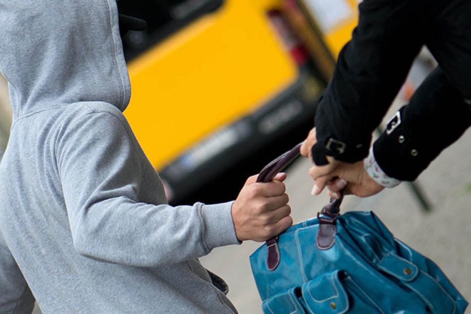 Bevor der Täter über die Andreasstraße gänzlich entkam, war er den Einkaufsbeutel weg. (Symbolbild)