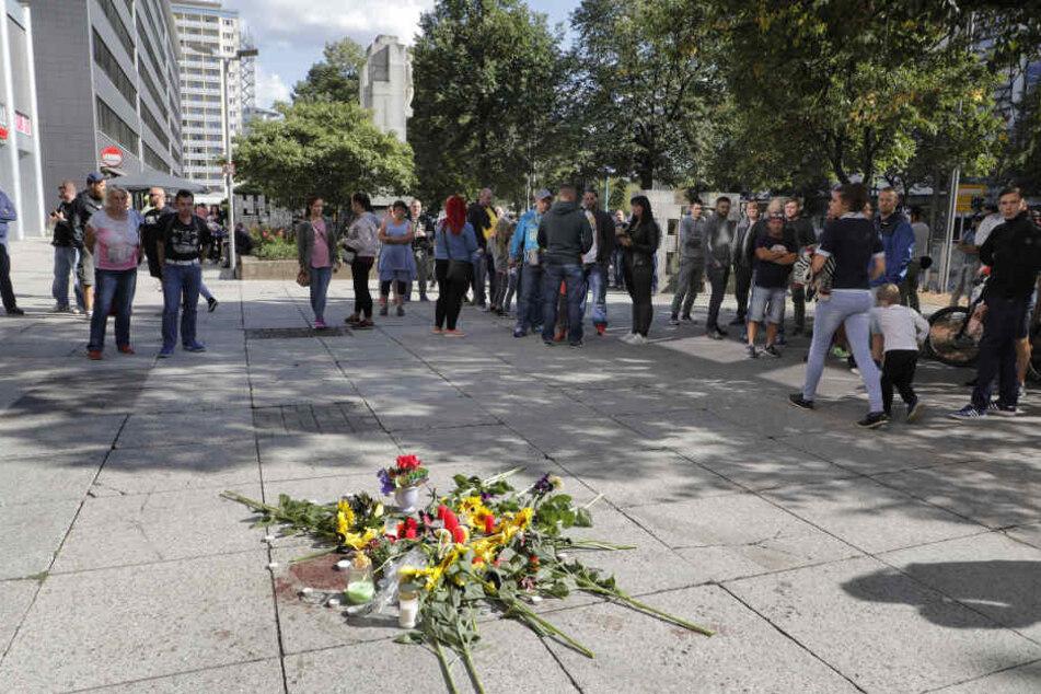 Am Sonntagnachmittag legten Trauernde am Tatort Blumen und Kerzen ab.