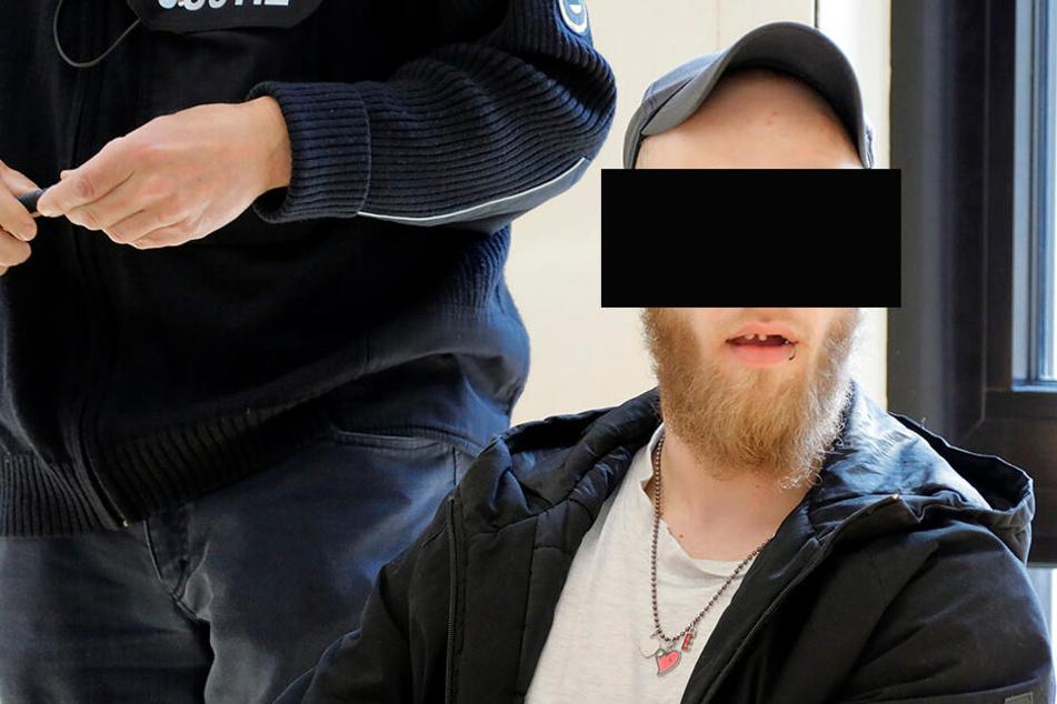Dennis R. (23) wählte wegen seiner T-Shirts sechsmal den Notruf der Polizei. Dafür musste er sich gestern vor dem Amtsgericht verantworten.