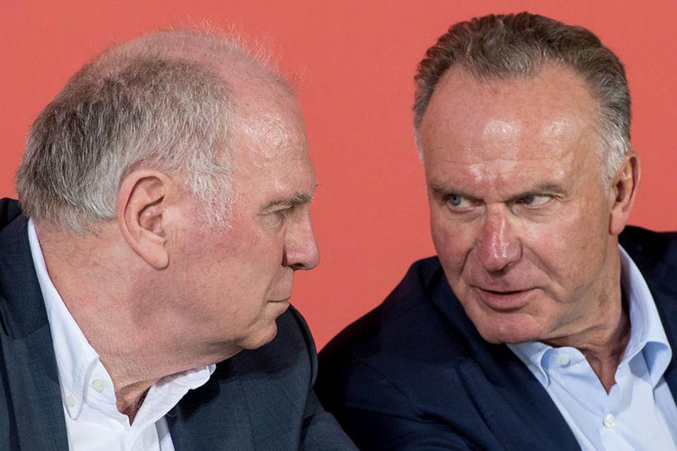 """Bayern-Vorstandschef Karl-Heinz Rummenigge (r., neben Uli Hoeneß) konterte die Kritik nun als """"zynisch und auch unsolidarisch""""."""
