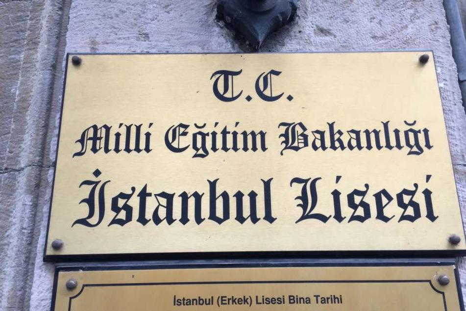 Die türkische Schulleitung hat alles rund um das Thema Weihnachten verboten.