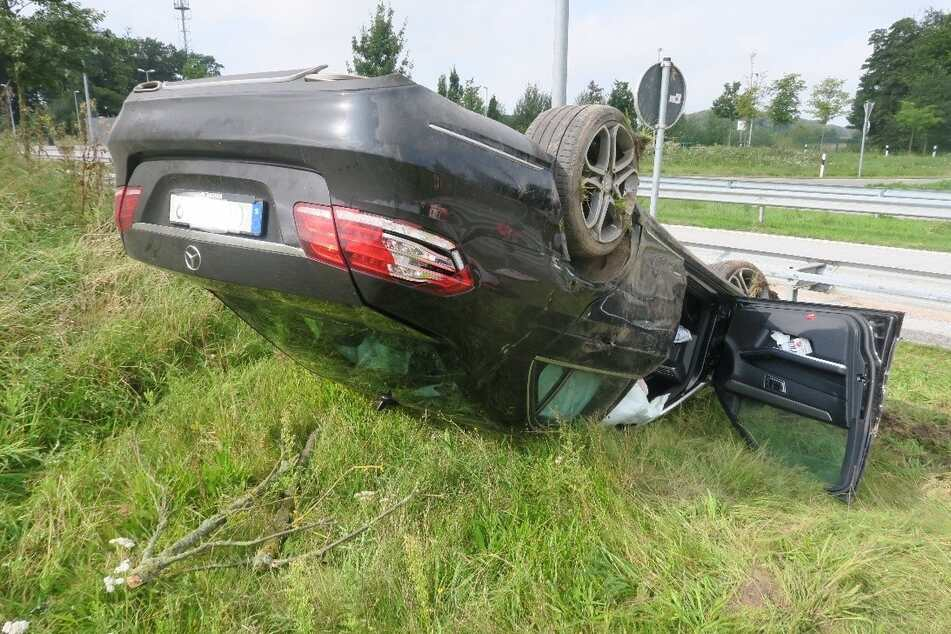 Der verunfallte Mercedes liegt auf dem Dach. Der 40-jährige Unfallverursacher und sein 62-jähriger Beifahrer wurden schwer verletzt.