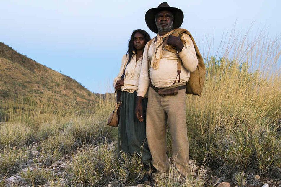 Sam Kelly (r., Hamilton Morris) und seine Frau Lizzie (l., Natassia Gorey Furber) fliehen vor ihren Verfolgern tief ins australische Outback.