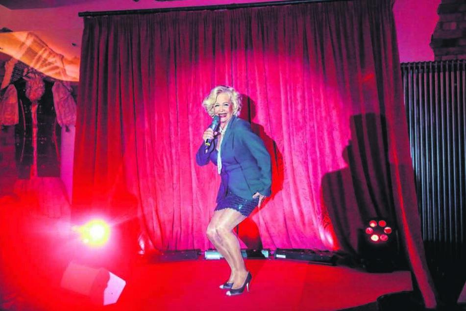 Bei der Schlager-Dinner-Show im Carte Blanche singt Dorit Gäbler (75) erstmals auch ein Lied von Helene Fischer nach.