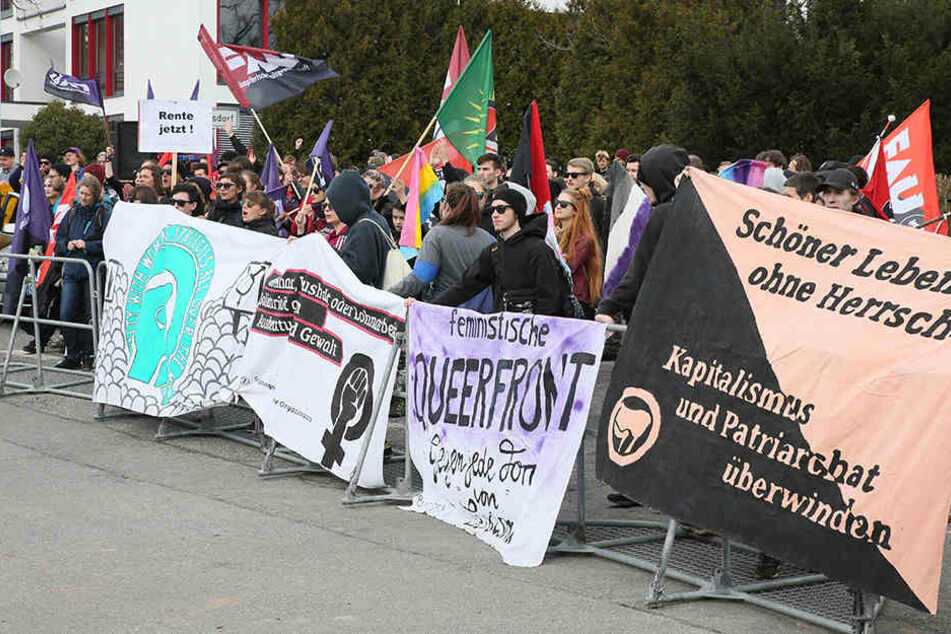 Gegen die Ausbeutung inhaftierter Frauen demonstrierten rund 135 Menschen vor der Chemnitzer JVA Reichenhain.