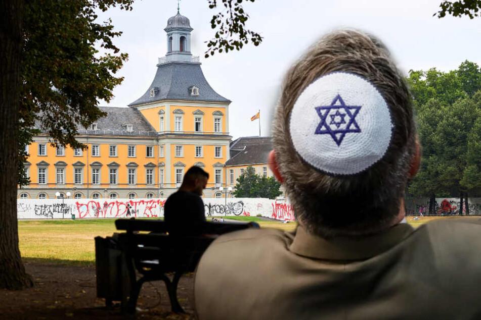 Im Bonner Hofgarten wurde ein israelischer Hochschulprofessor aus den USA von einem jungen Deutschen mit palästinensischen Wurzeln attackiert.