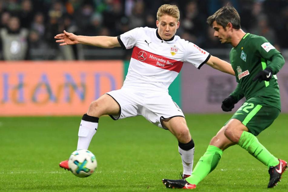 Bremens Fin Bartels (l.) kämpft gegen Stuttgarts Santiafo Ascacibar um den Ball.