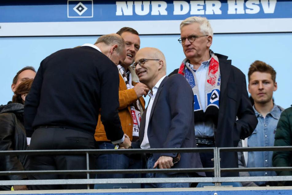 Peter Tschentscher (SPD, Mitte), Erster Bürgermeister von Hamburg, spricht mit Gästen auf der Tribühne.
