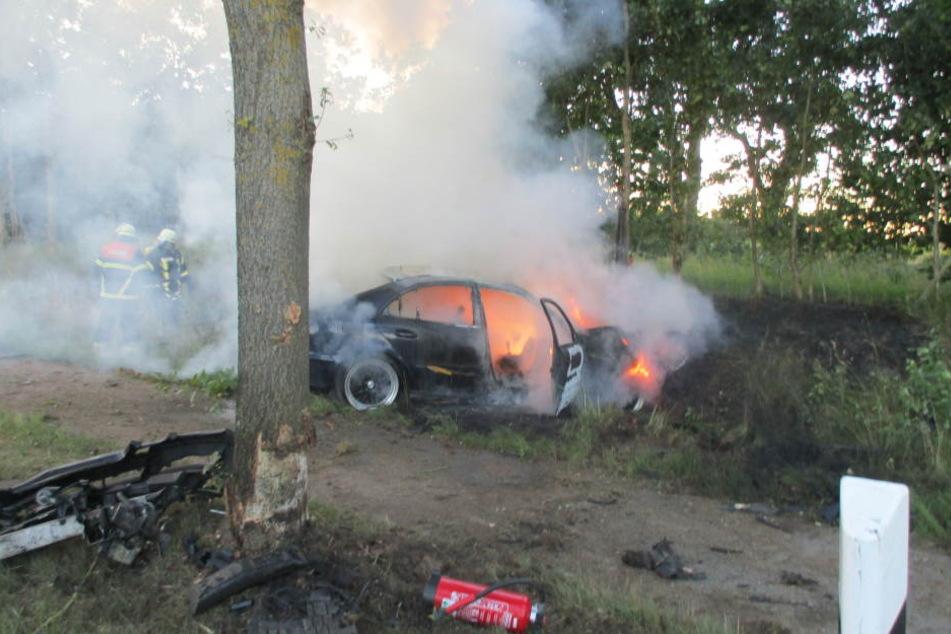 Der Mercedes des 30-Jährigen fing nach dem Unfall Feuer.