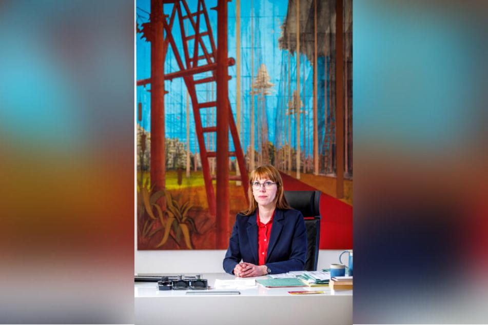 Ministerin Katja Meier (40, Grüne) am Schreibtisch. Vor ihr zum echten Gebrauch: Tintenfässchen!