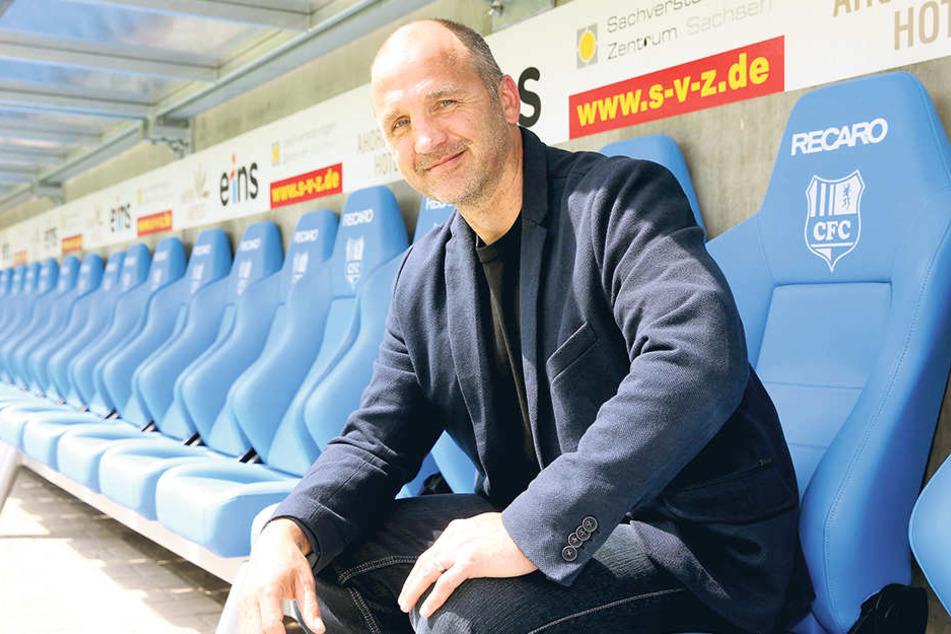 Sport-Vorstand Steffen Ziffert zeigt ein breites Grinsen. Er ist optimistisch, dass der CFC kommende Saison in der 3. Liga spielen wird.