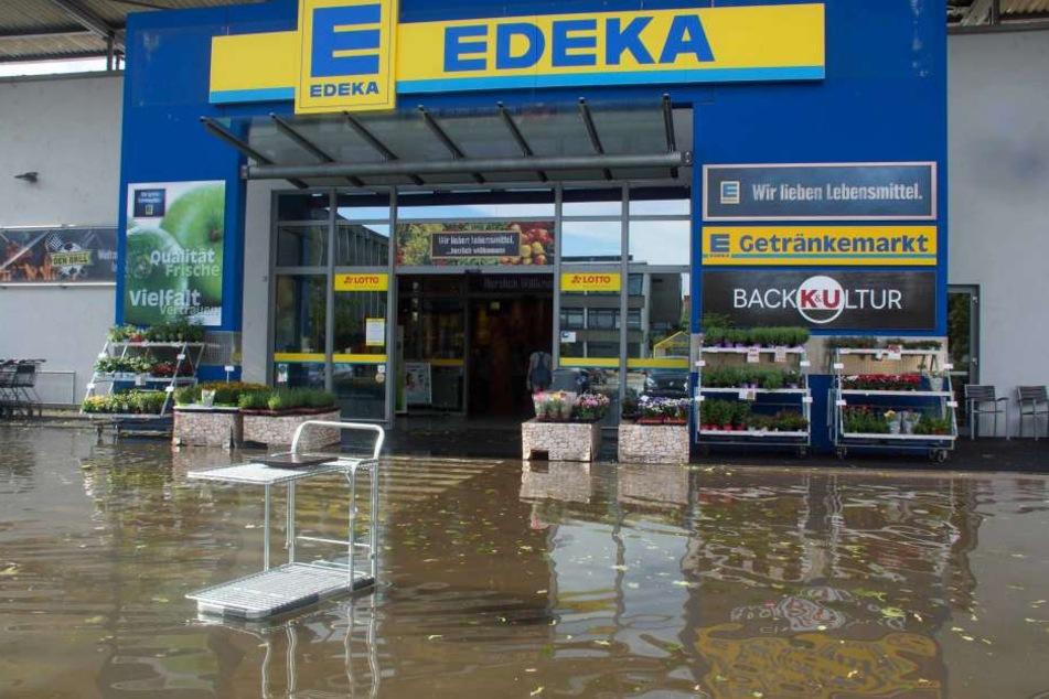 Hier steht der Eingang eines Supermarktes in Tamm unter Wasser.