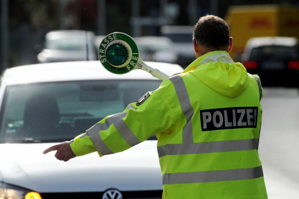 Weil der 56-Jährige Autofahrer vor einer mobilen Radarkontrolle warnte, wollte ihn eine Polizeistreife zur Rede stellen. (Symbolbild)