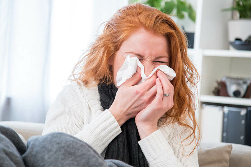 Richtig bekämpfen lässt sich eine Erkältung mit Medikamenten nicht. Es gibt aber Mittel, mit denen sich wenigstens die Symptome lindern lassen.: zum Beispiel mit Zwiebeln.