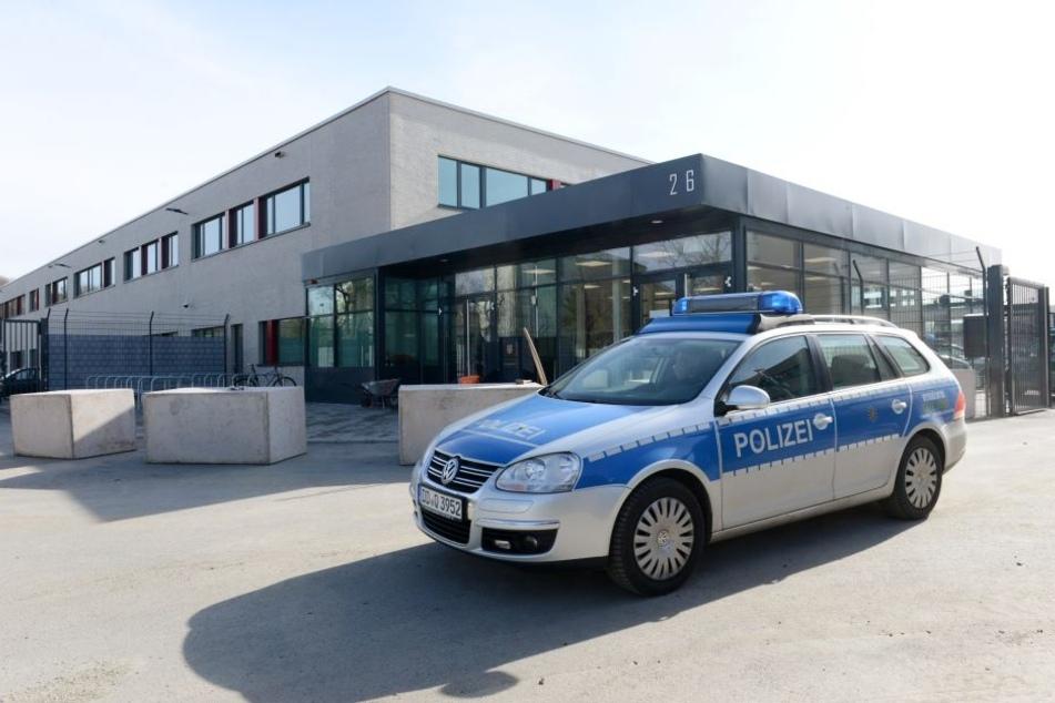 Streng bewacht und mit Lkw-Sperren gesichert: das Prozessgebäude am Hammerweg.