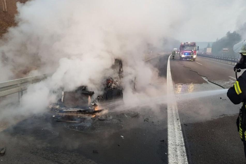 Mitten auf der Autobahn: Wagen geht plötzlich in Flammen auf