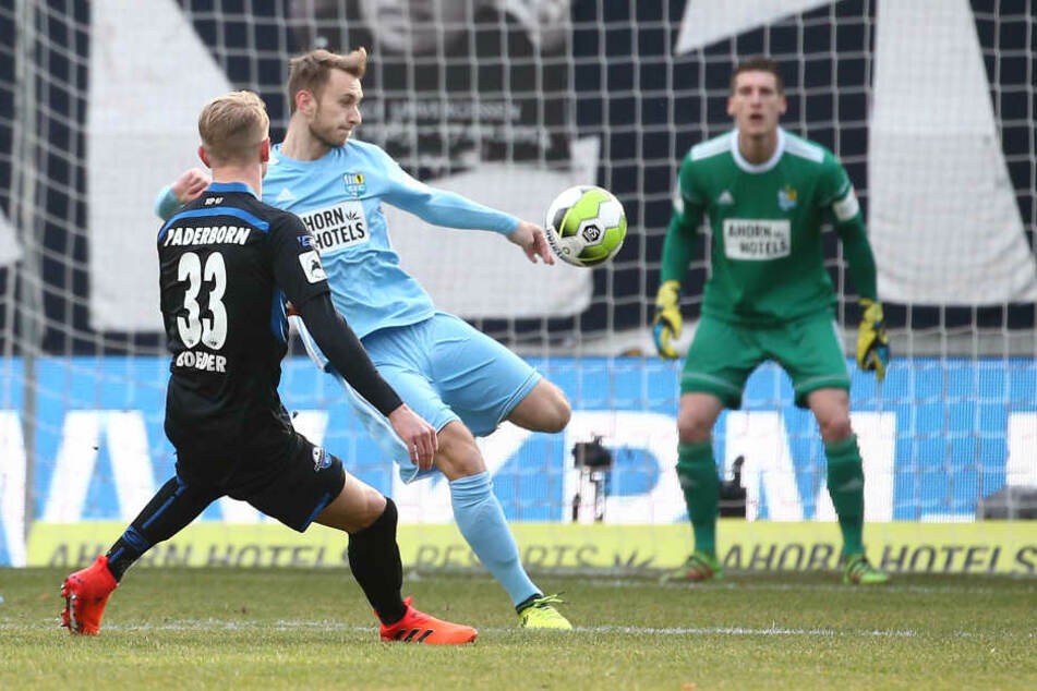 Lukas Boeder (l., Paderborn) gegen Jan Koch (Chemnitz).
