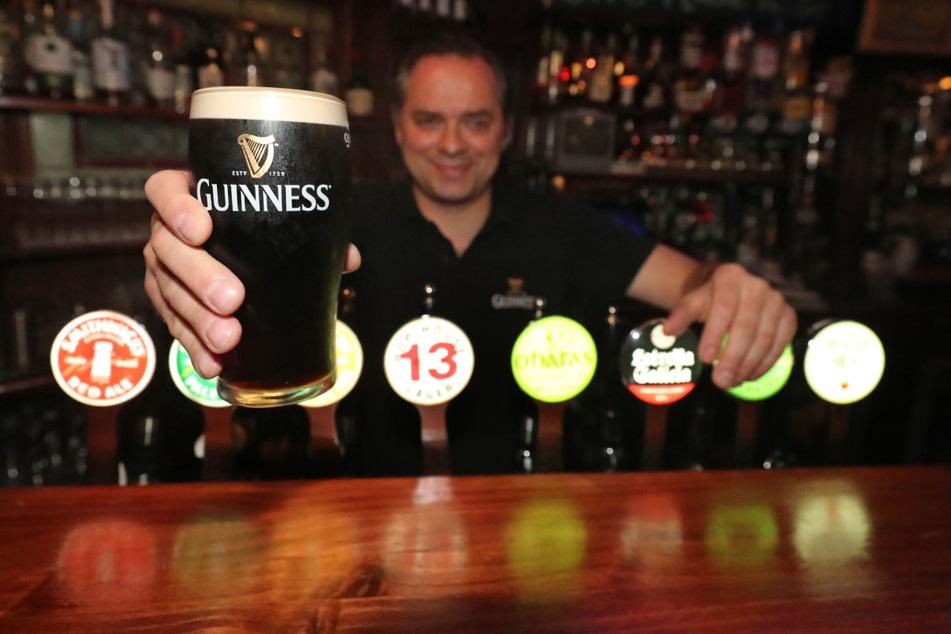 Mariusz Brzyk, stellvertretender Manager des Pubs von Paddy Cullen in Dublin, hält ein frisch eingeschenktes Guinness-Bier. Trotz Kritik dürfen Pubs, Restaurants, Hotels und viele andere Einrichtungen in England vom 4. Juli an wieder öffnen.