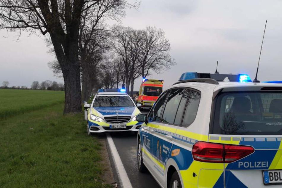 Polizeiautos stehen am Ort des Geschehens.
